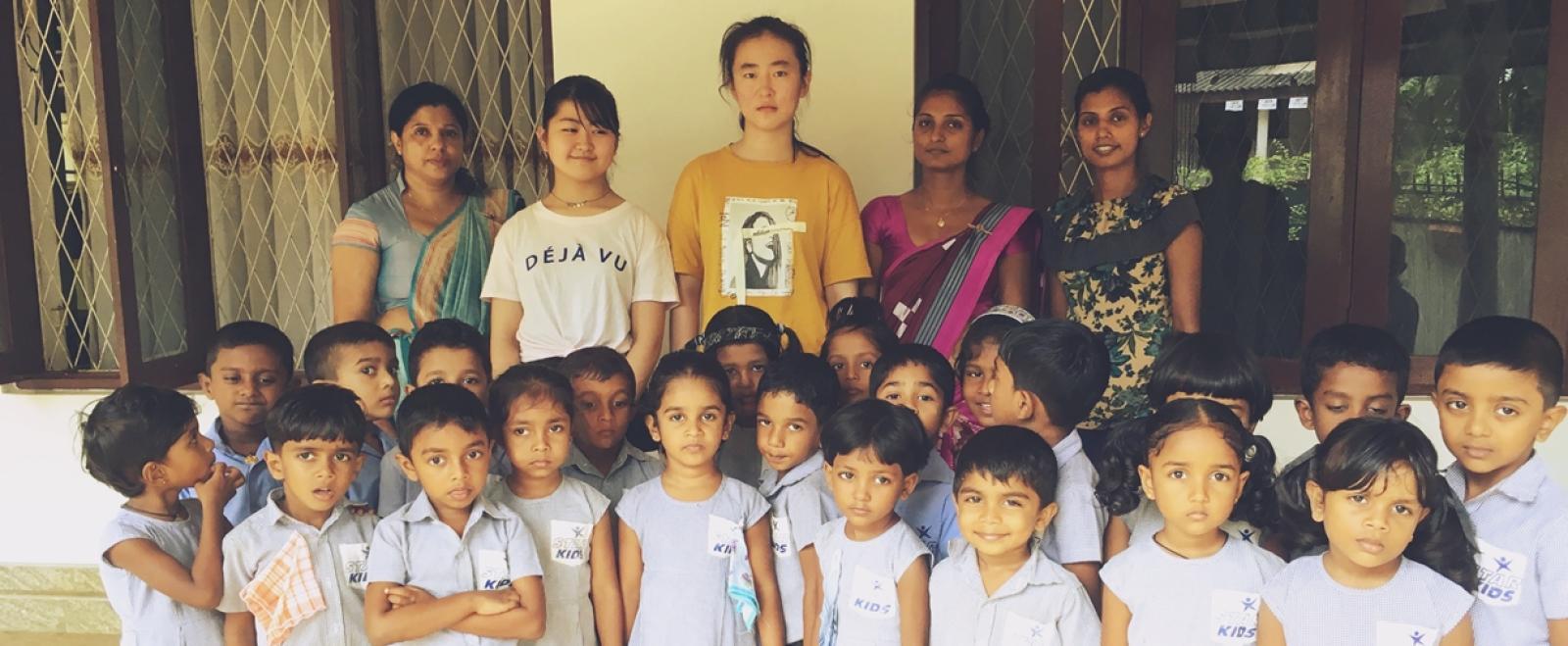 スリランカでチャイルドケアボランティア中の東中杏花梨さんと現地の子供たち